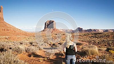 Женщина стоя в долине памятника с красным цветом трясет обзор видеоматериал