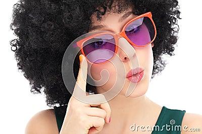 Женщина с афро и стеклами