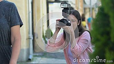 Женщина с камерой фотографирует известных актеров пару улиц, шпион папарацци сток-видео