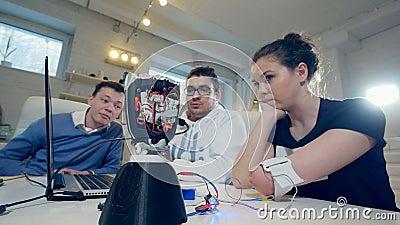 Женщина с новаторской кибернетической бионической рукой Неработающая женщина приводится в действие современный бионический протез акции видеоматериалы