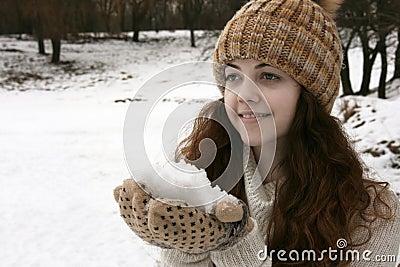 Женщина с снежком