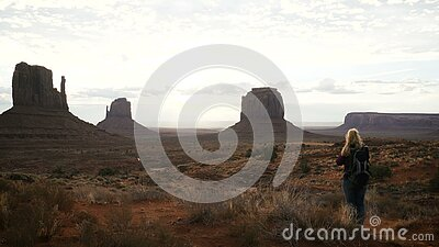 Женщина фотографируя в долине памятника с камерой сток-видео