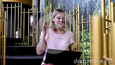 Женщина-фрилансер Эмоционально обсуждает видео-чат с ноутбуком сток-видео