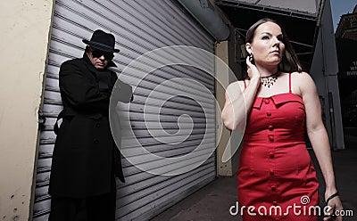 женщина человека преследуя