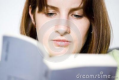 женщина чтения книги