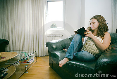 женщина чтения стула