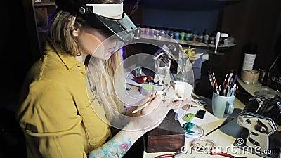 Женщина-ювелир, работавшая в мастерской сток-видео