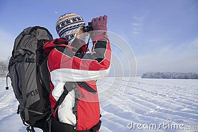 женщина hiker биноклей