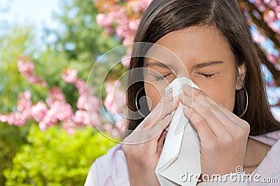 женщина sneeze цветения