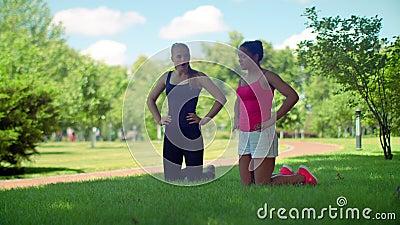 Женщины фитнеса подготавливая к разминке внешней Multiracial женщина дышая глубоко акции видеоматериалы