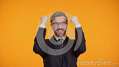 Жизнерадостный бизнесмен празднуя успешный вклад, продвижение, занятость сток-видео