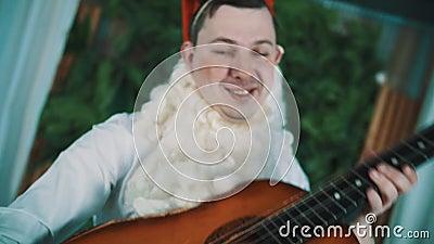Жизнерадостный человек одетый как бородатый карлик появляется от задней старой гитары и танцев акции видеоматериалы