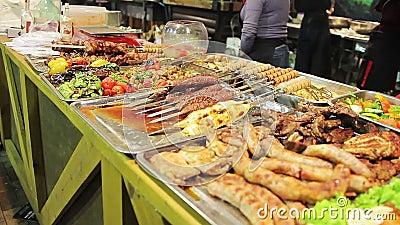 Жирное мяс показанное на магазине улицы Нездоровая еда, холестерол, избыточный вес сток-видео