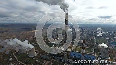 Загрязнение экологичности Промышленная фабрика загрязняет дым окружающей среды дуя от труб сток-видео
