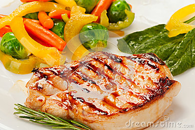 Зажженный стейк с овощами