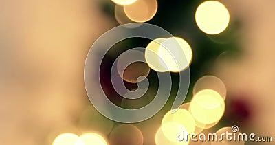 Закройте вверх золотой абстрактный моргать запачканного bokeh светов рождественской елки на предпосылке золота теплой, празднично сток-видео