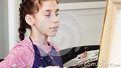 Закройте вверх милой маленькой девочки держа pallette крася изображение акции видеоматериалы