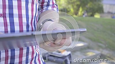 Закройте вверх на руках ` s человека просматривая таблетку съемка слайдера сток-видео