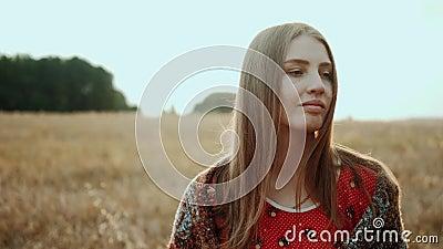Закройте лицо красивой женщины на поле пшеницы на закате, сельская улыбка смотрит на камеру Концепция органических продуктов видеоматериал