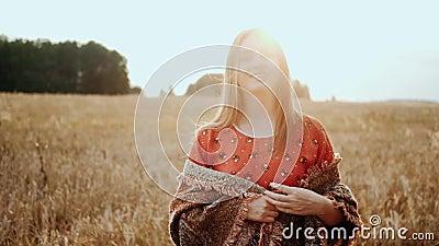 Закройте лицо красивой женщины на поле пшеницы на закате, сельская улыбка смотрит на камеру Концепция органических продуктов акции видеоматериалы