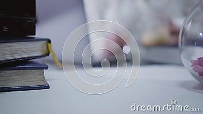 Закрытие взрослой женщины-кавказки, укладывающей красную ручку за стол Размытая кавказская женщина, использующая ноутбук в сток-видео