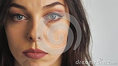 Закрыть портрет красоты голубых глаз молодой красивой женщины, глядя на камеру сток-видео