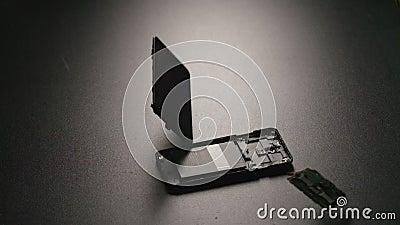 ЗАМЕДЛЕННОЕ ДВИЖЕНИЕ: Smartphone падает на пол и ломает на частях в центре сток-видео