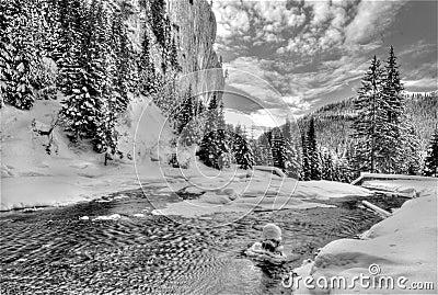 замерзая река