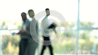 Запачканные бизнесмены идя в лобби видеоматериал