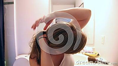 Заплетая волосы дома видеоматериал