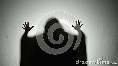 Затеняйте силуэт покрытого призрака хеллоуина двигая свои руки в страшном пугающем пути - акции видеоматериалы