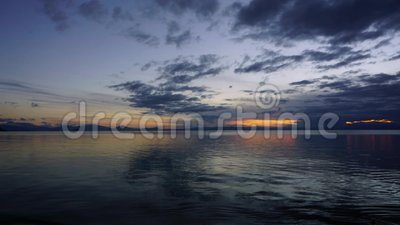 Заход солнца промежутка времени над озером акции видеоматериалы
