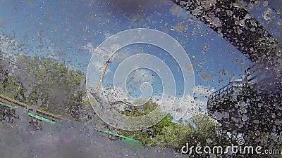 Задавите вниз в воде от русских горок воды в парке атракционов Брызг attractor зрелищность сток-видео