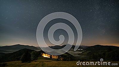 Звезды двигая в ночное небо над горами и туманным сельским ландшафтом на лунном свете Ноча к съемке тележки промежутка времени дн сток-видео