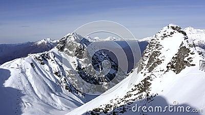 Зимняя гора и труба для снежной лавины на горнолыжном курорте акции видеоматериалы