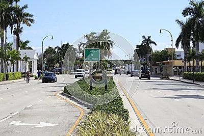 Знак и городок Lauderdale---Моря Редакционное Изображение