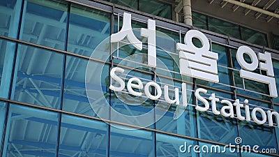 Знак Сеульской станции, Сеул, Южная Корея акции видеоматериалы