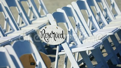 Знак со словами 'Зарезервировано' на свадебном кресле сток-видео