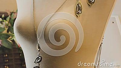 Золотое ювелирное ожерелье стильная элегантность роскошный аксессуар видеоматериал