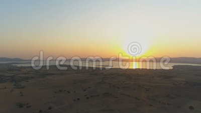 Золотой рассвет, создающий солнечный путь в море с солнечными лучами рано утром сток-видео