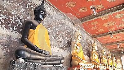 Золотая аркада buddhas в виске sutat wat сток-видео