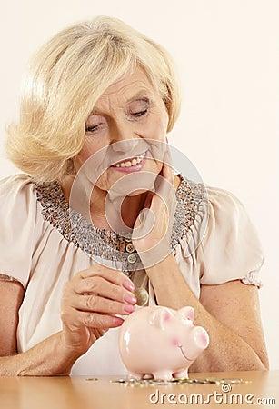 Зрелая женщина с moneybox