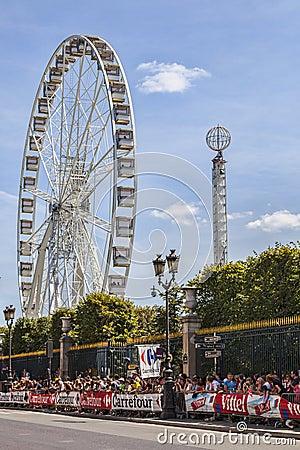 Зрители Le Тур-де-Франс в Париже Редакционное Стоковое Изображение
