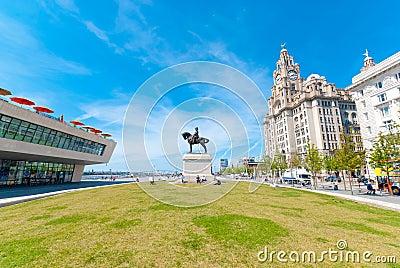 Здание печени с статуей Редакционное Фото