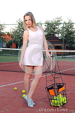 Играть теннис