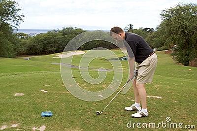 игрок в гольф с teeing