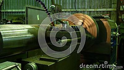 Изготовление металлических деталей на ленте, охлажденных водой Поворот большой части на машине сток-видео