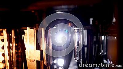 Изготовление пластмассовых изделий, бутылок в печи, отопление и взрываемость форм видеоматериал