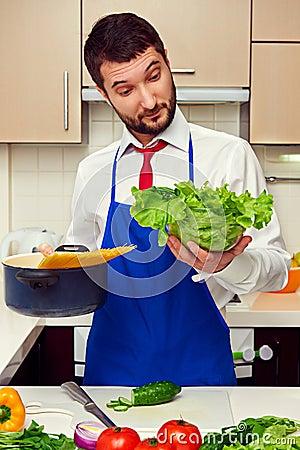 Изумленный человек на кухне