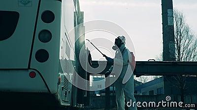 Инфекция автобуса, осуществляемая экспертом по санитарным вопросам вне зоны видимости Профилактика коронавируса, концепция эпидем сток-видео
